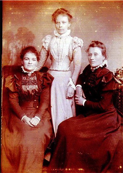 Left: Alice (nee Lucas) Bagg, Right: Mary (nee Bagg) Lovelace. We are not sure who the middle lady is but she does look rather like Emily (nee Bagg) Lake. Please refer to 'The Family History of John and Hannah Bagg.