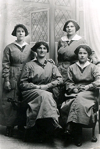 Alice Maud Trent with work colleagues 1915